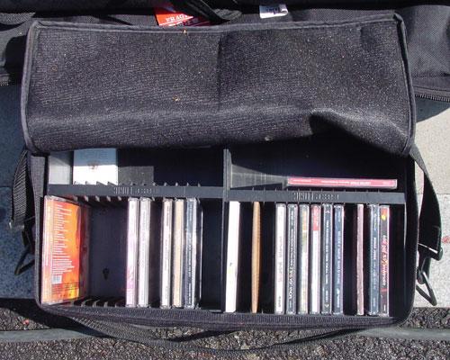 보시다시피 강영호 작가는 그날그날 컨셉에 따라 틀을 음악 CD를 늘 구비하고 있었더랬다.