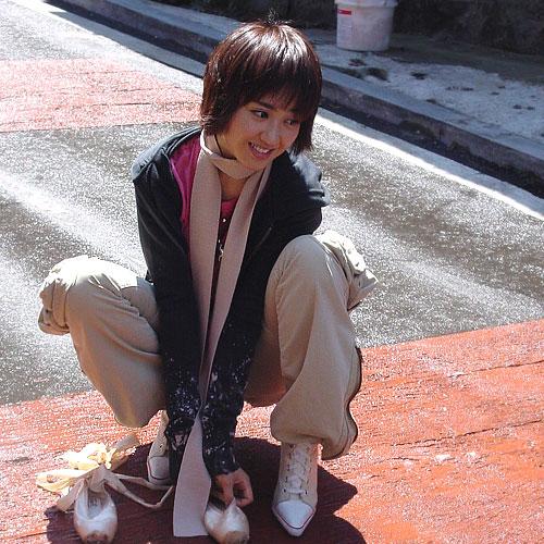 고독과는 멀어도 한참 먼 당당하면서도 쾌활한 포즈의 김민정
