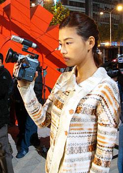 카메라로 열심히 김상혁을 찍고있는 조이진