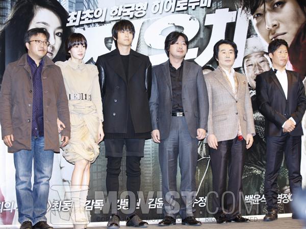 (왼쪽부터)최동훈 감독, 임수정, 강동원, 김윤석, 백윤식, 유해진