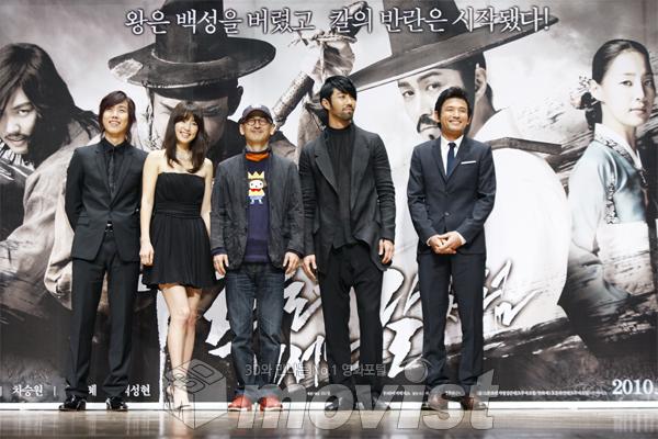 (왼쪽부터) 백성현, 한지혜, 이준익 감독, 차승원, 황정민