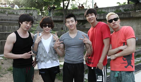 7월 개봉하는 <Mr.아이돌>에는 아이돌 출신 배우들이 등장해 아이돌 연기를 펼치게 된다