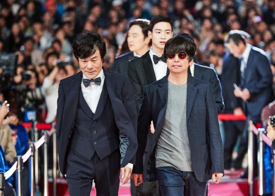 배우 오광록(왼쪽)과 함께 입장하는 윤재호 감독(오른쪽)