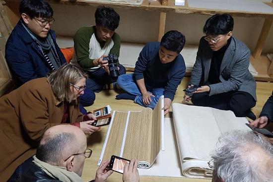 루브르 박물관 지류보존팀의 문경 한지 작업장 방문 모습